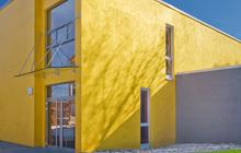 Außenbereich von Oskar Seus gelbe Fassade