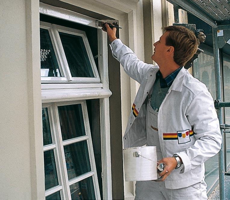 Portrait von Oskar Seus Mann streicht Fenster