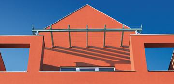 Außenbereich von Oskar Seus rote Fassade