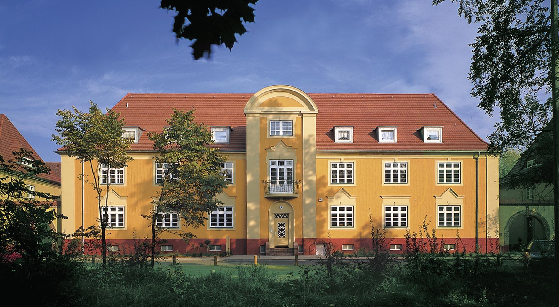 Startseite von Oskar Seus orange Fassade